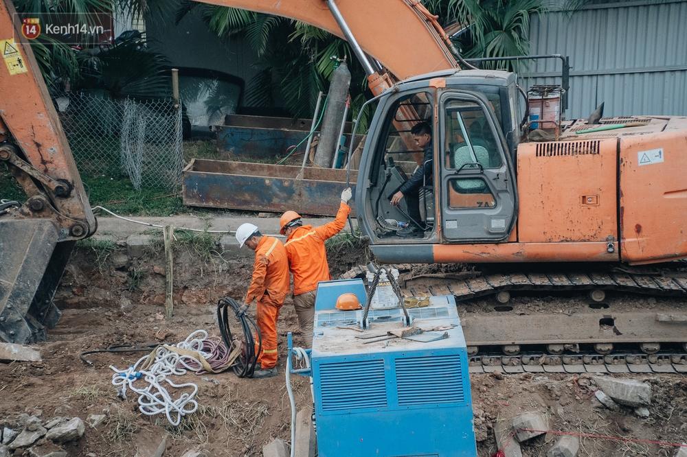Ảnh: Lắp đặt hệ thống cống ngầm được kỳ vọng hồi sinh sông Tô Lịch - Ảnh 11.