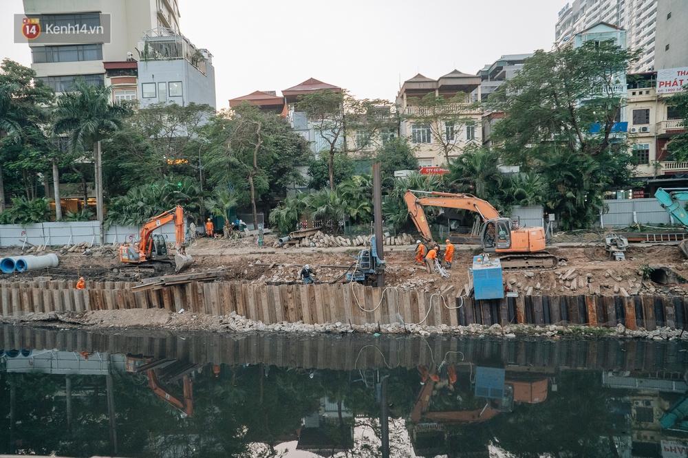 Ảnh: Lắp đặt hệ thống cống ngầm được kỳ vọng hồi sinh sông Tô Lịch - Ảnh 2.