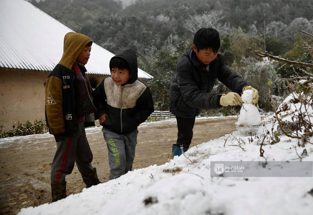 Chùm ảnh: Tuyết phủ trắng bản làng Y Tý (Sa Pa), người dân đi lại khó khăn, trẻ nhỏ háo hức nặn người tuyết - Ảnh 7.