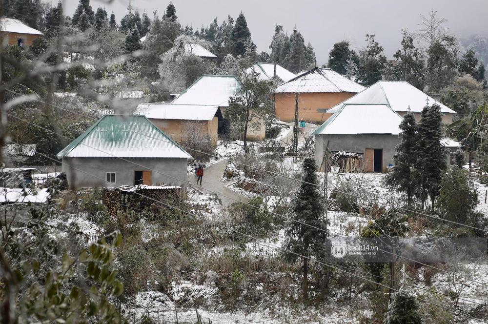 Chùm ảnh: Tuyết phủ trắng bản làng Y Tý (Sa Pa), người dân đi lại khó khăn, trẻ nhỏ háo hức nặn người tuyết - Ảnh 2.