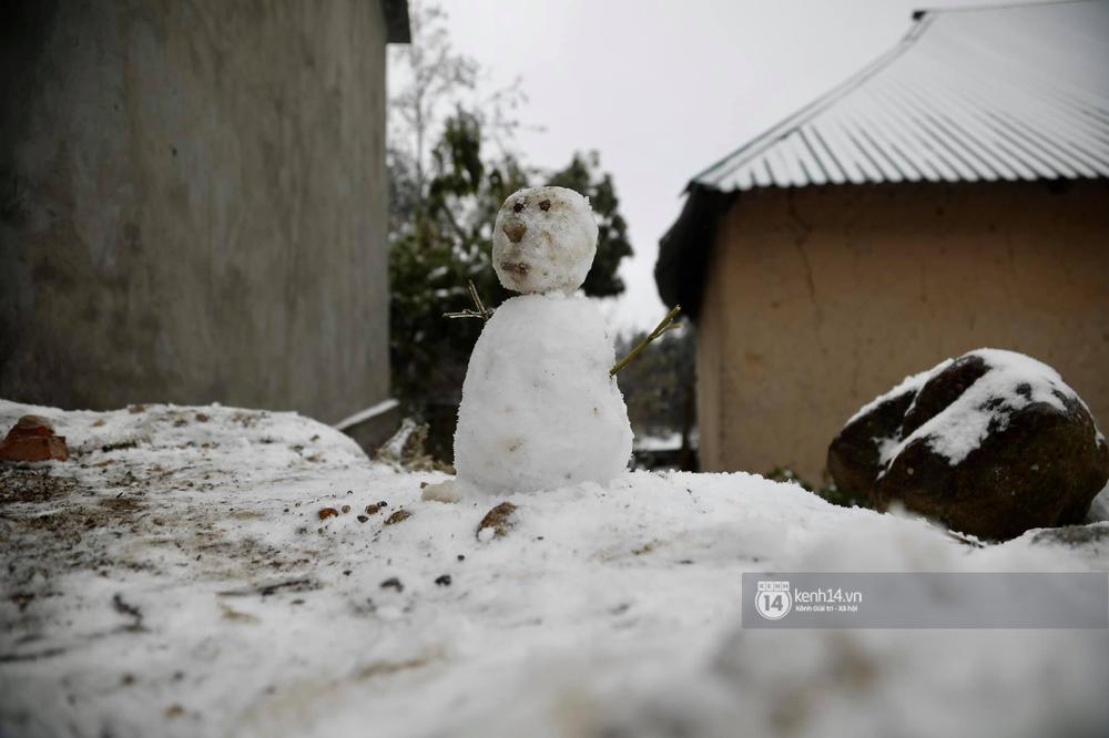 Chùm ảnh: Tuyết phủ trắng bản làng Y Tý (Sa Pa), người dân đi lại khó khăn, trẻ nhỏ háo hức nặn người tuyết - Ảnh 8.