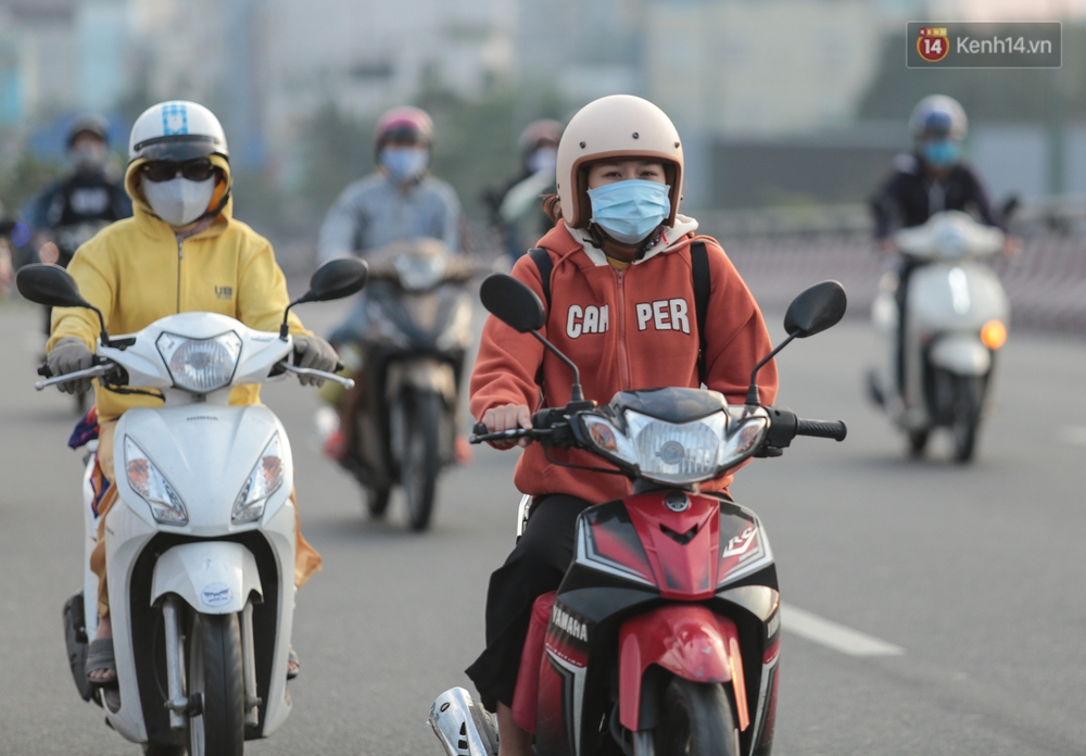 Ảnh: Nhiệt độ giảm còn 19 độ C, người Sài Gòn mặc áo ấm và quàng khăn nhưng vẫn co ro vì lạnh - Ảnh 7.