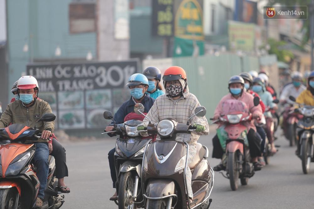 Ảnh: Nhiệt độ giảm còn 19 độ C, người Sài Gòn mặc áo ấm và quàng khăn nhưng vẫn co ro vì lạnh - Ảnh 1.