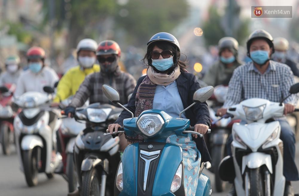 Ảnh: Nhiệt độ giảm còn 19 độ C, người Sài Gòn mặc áo ấm và quàng khăn nhưng vẫn co ro vì lạnh - Ảnh 4.