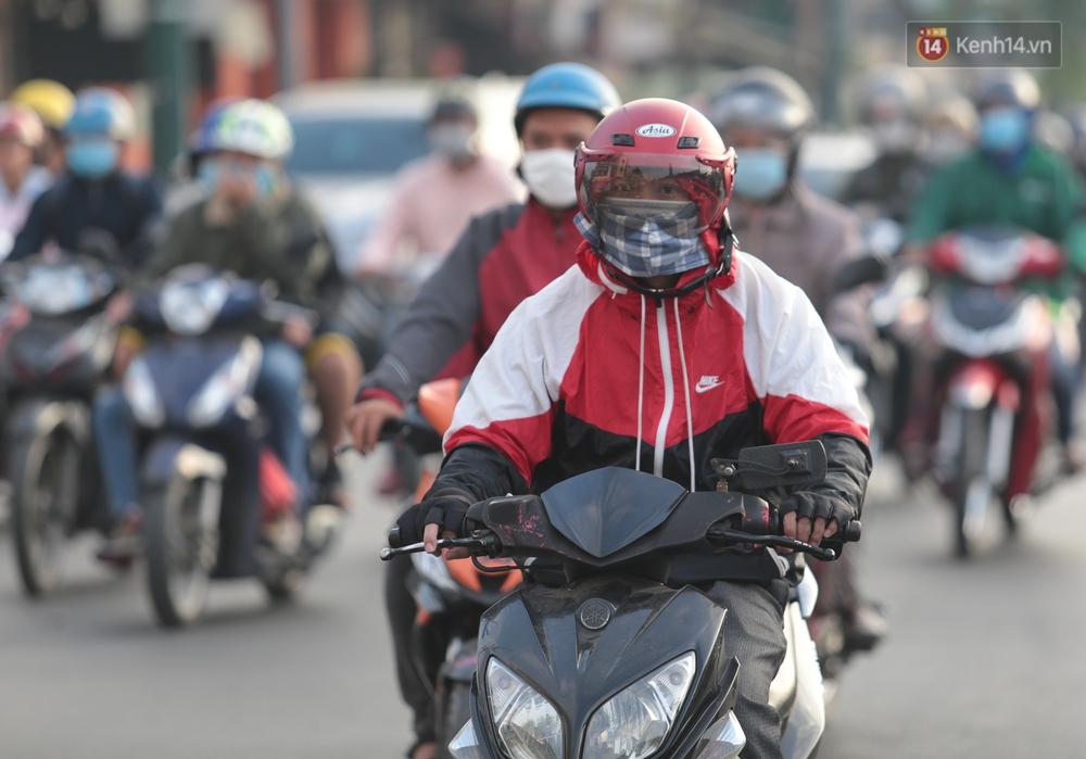 Ảnh: Nhiệt độ giảm còn 19 độ C, người Sài Gòn mặc áo ấm và quàng khăn nhưng vẫn co ro vì lạnh - Ảnh 11.