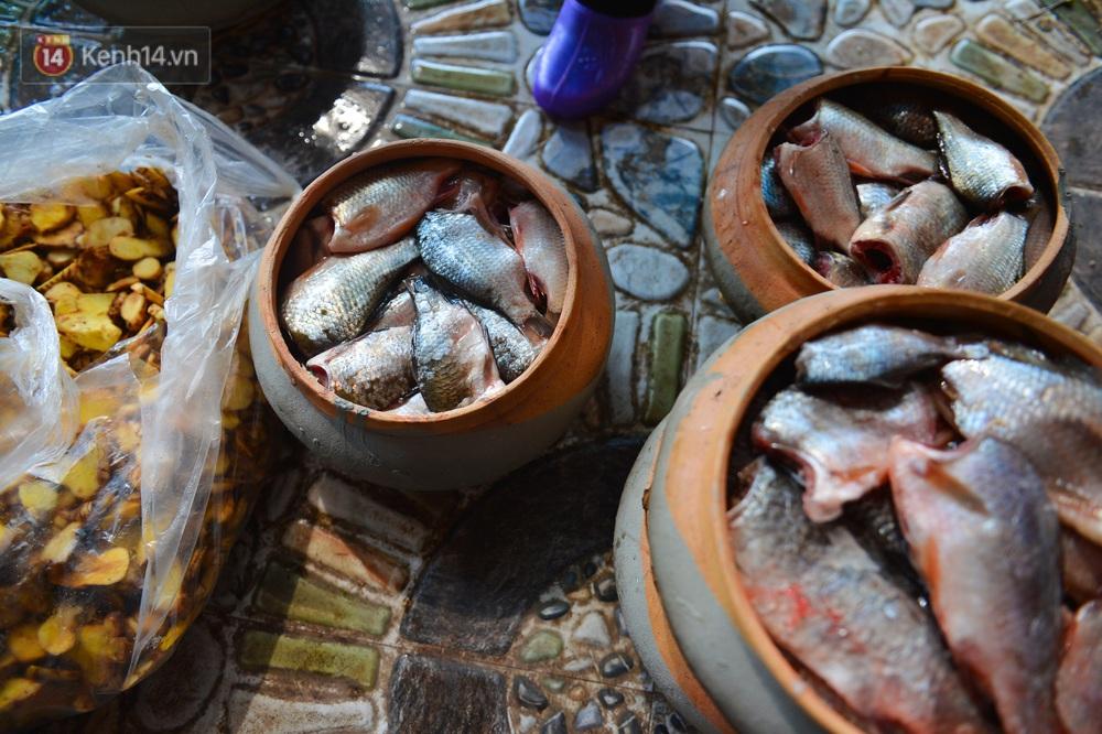 Sự kỳ công của người dân làng Vũ Đại để tạo ra nồi cá kho ngon nức tiếng: Chỉ cần sơ ý vài giây, nồi cá bạc triệu sẽ cháy thành than - Ảnh 9.