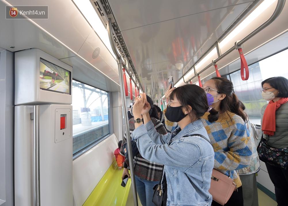 Ảnh, clip: Người Hà Nội hào hứng tham quan đoàn tàu metro đầu tiên Nhổn - ga Hà Nội - Ảnh 16.
