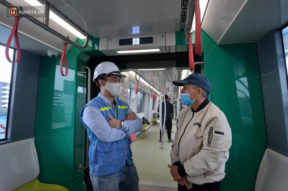 Ảnh, clip: Người Hà Nội hào hứng tham quan đoàn tàu metro đầu tiên Nhổn - ga Hà Nội - Ảnh 10.