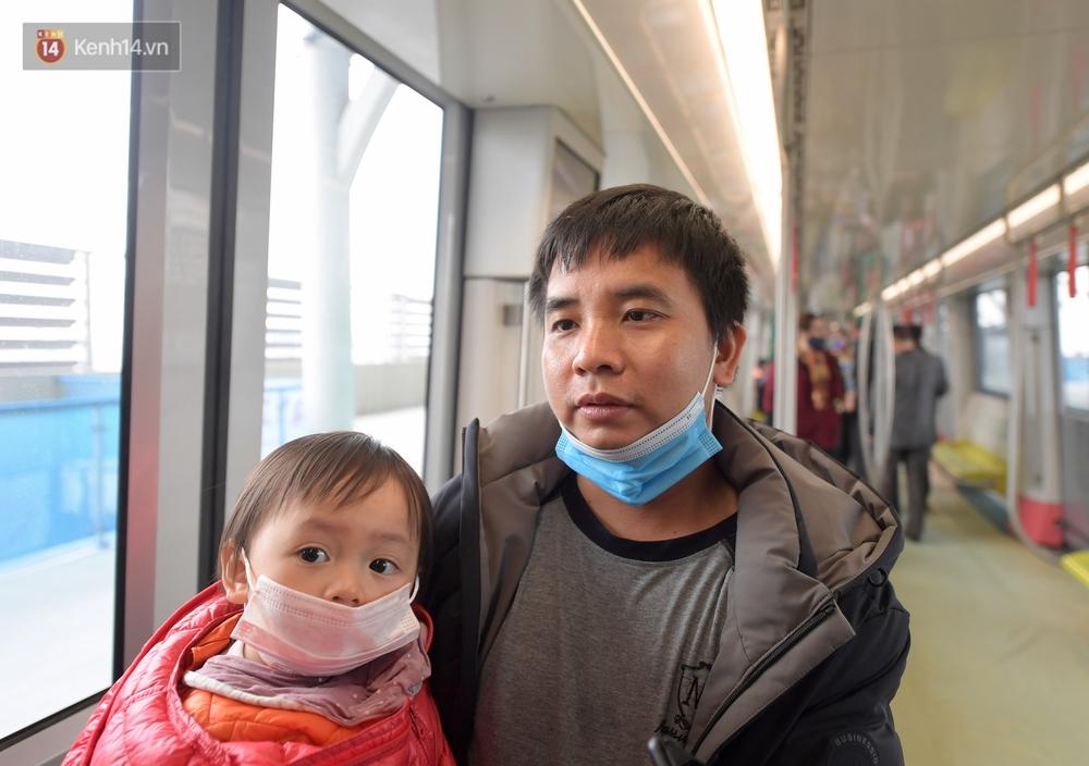 Ảnh, clip: Người Hà Nội hào hứng tham quan đoàn tàu metro đầu tiên Nhổn - ga Hà Nội - Ảnh 13.