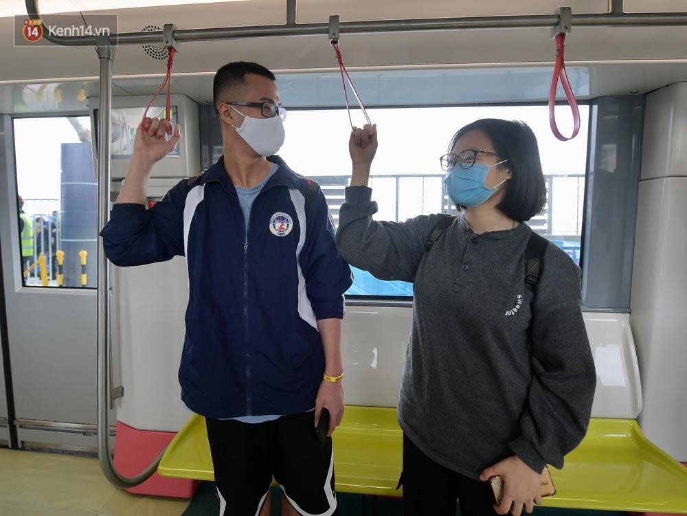 Ảnh, clip: Người Hà Nội hào hứng tham quan đoàn tàu metro đầu tiên Nhổn - ga Hà Nội - Ảnh 14.