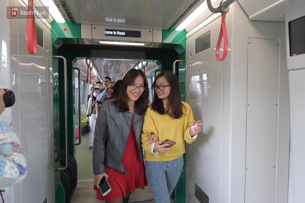 Ảnh, clip: Người Hà Nội hào hứng tham quan đoàn tàu metro đầu tiên Nhổn - ga Hà Nội - Ảnh 17.
