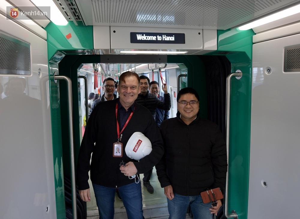 Ảnh, clip: Người Hà Nội hào hứng tham quan đoàn tàu metro đầu tiên Nhổn - ga Hà Nội - Ảnh 12.