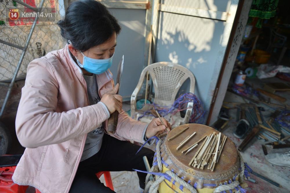 Làng nghề làm trống bằng da trâu hơn 1000 tuổi ở Hà Nam: Năm nay dịch, đơn hàng ít nhưng Tết vẫn phải thuê thêm người - Ảnh 7.