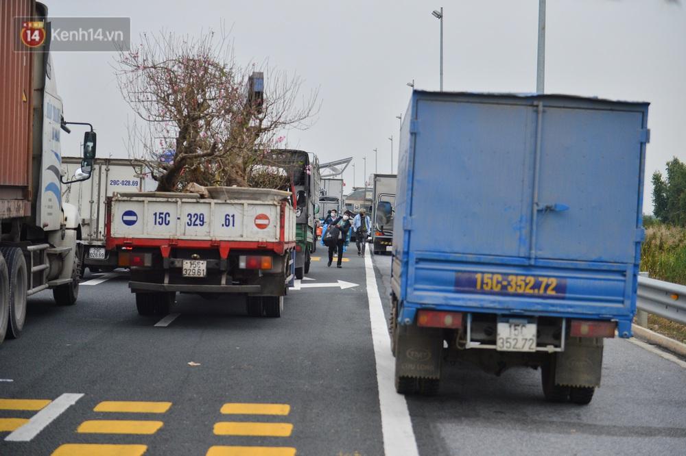 Ảnh: Hàng trăm lao động, sinh viên xếp hàng khai báo y tế ở trạm thu phí vào Quảng Ninh để về quê ăn Tết sớm - Ảnh 6.