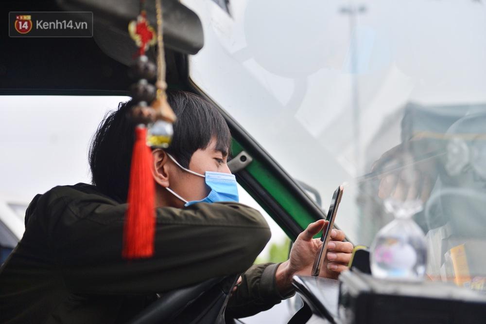 Ảnh: Hàng trăm lao động, sinh viên xếp hàng khai báo y tế ở trạm thu phí vào Quảng Ninh để về quê ăn Tết sớm - Ảnh 18.