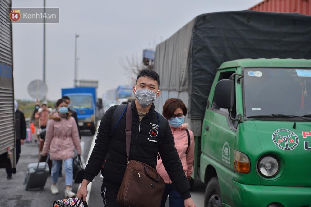 Ảnh: Hàng trăm lao động, sinh viên xếp hàng khai báo y tế ở trạm thu phí vào Quảng Ninh để về quê ăn Tết sớm - Ảnh 8.