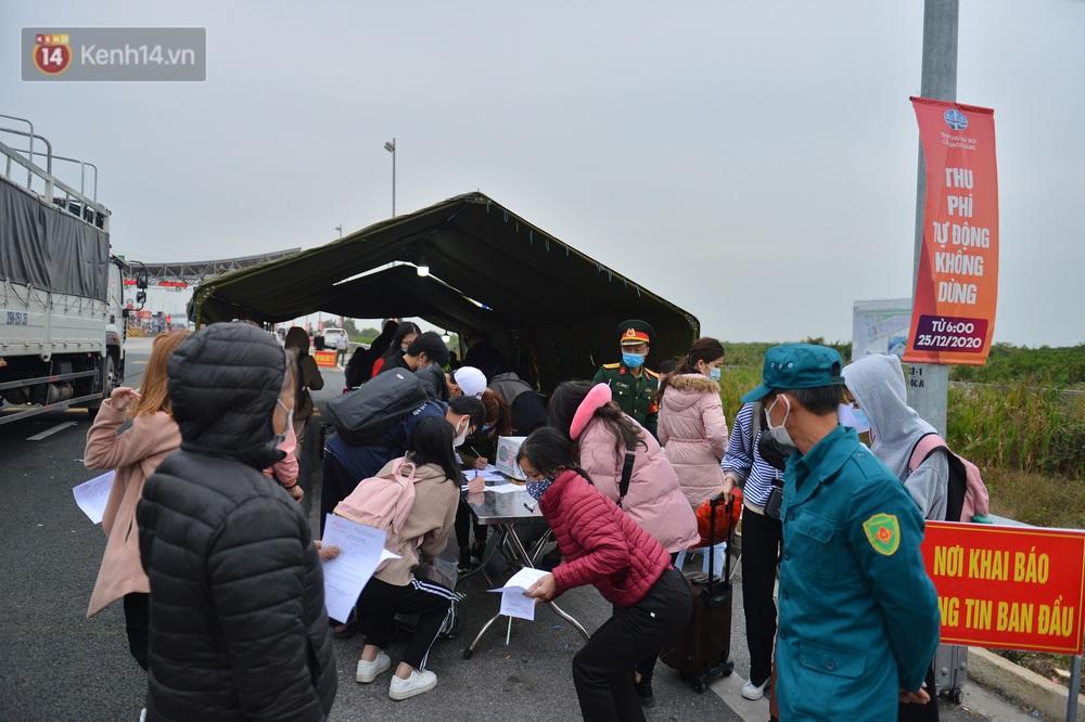 Ảnh: Hàng trăm lao động, sinh viên xếp hàng khai báo y tế ở trạm thu phí vào Quảng Ninh để về quê ăn Tết sớm - Ảnh 9.