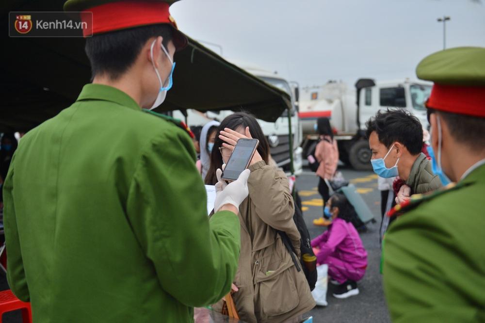 Ảnh: Hàng trăm lao động, sinh viên xếp hàng khai báo y tế ở trạm thu phí vào Quảng Ninh để về quê ăn Tết sớm - Ảnh 17.