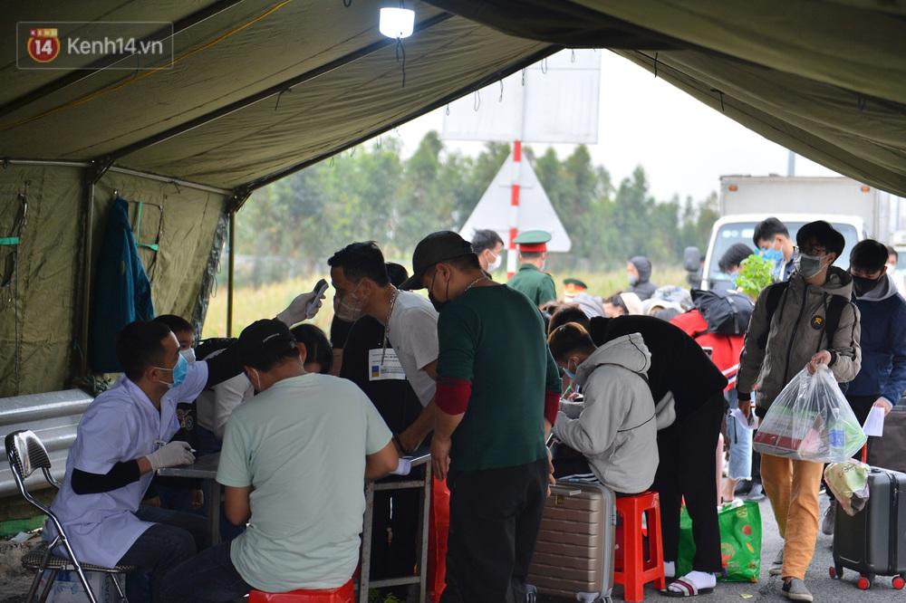 Ảnh: Hàng trăm lao động, sinh viên xếp hàng khai báo y tế ở trạm thu phí vào Quảng Ninh để về quê ăn Tết sớm - Ảnh 10.