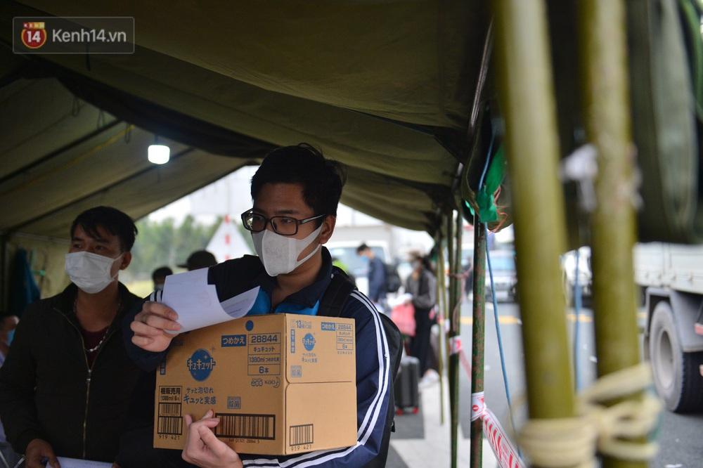 Ảnh: Hàng trăm lao động, sinh viên xếp hàng khai báo y tế ở trạm thu phí vào Quảng Ninh để về quê ăn Tết sớm - Ảnh 16.