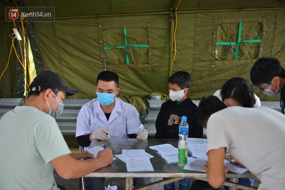 Ảnh: Hàng trăm lao động, sinh viên xếp hàng khai báo y tế ở trạm thu phí vào Quảng Ninh để về quê ăn Tết sớm - Ảnh 13.