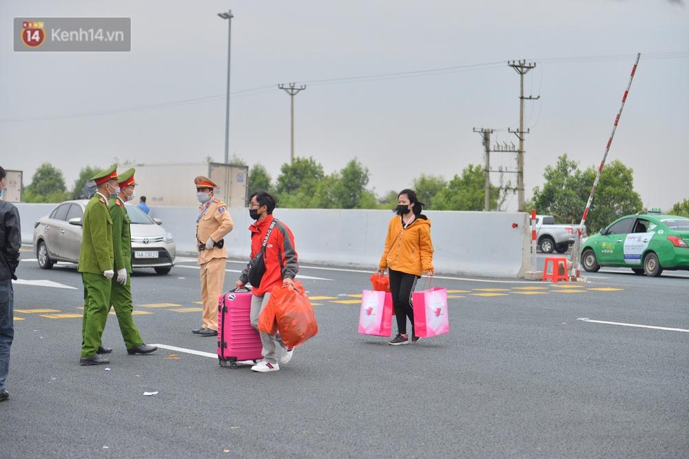 Ảnh: Hàng trăm lao động, sinh viên xếp hàng khai báo y tế ở trạm thu phí vào Quảng Ninh để về quê ăn Tết sớm - Ảnh 12.