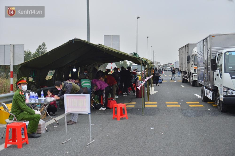 Ảnh: Hàng trăm lao động, sinh viên xếp hàng khai báo y tế ở trạm thu phí vào Quảng Ninh để về quê ăn Tết sớm - Ảnh 11.