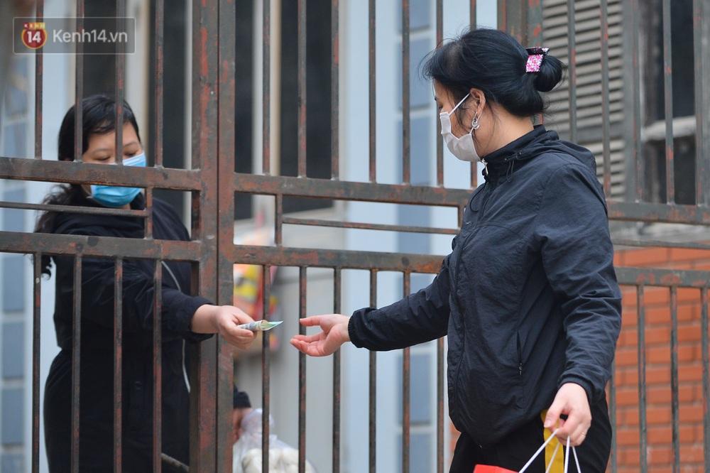 Ảnh: Người dân Đông Anh trèo cổng, mang gà, rau tiếp tế cho người thân trong khu cách ly - Ảnh 3.