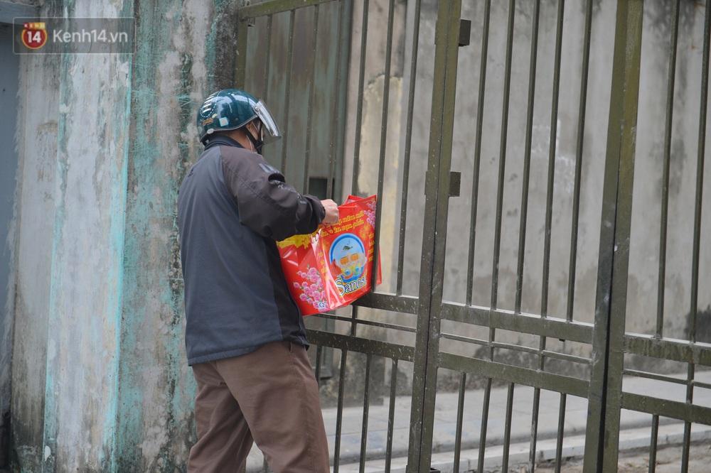Ảnh: Người dân Đông Anh trèo cổng, mang gà, rau tiếp tế cho người thân trong khu cách ly - Ảnh 6.