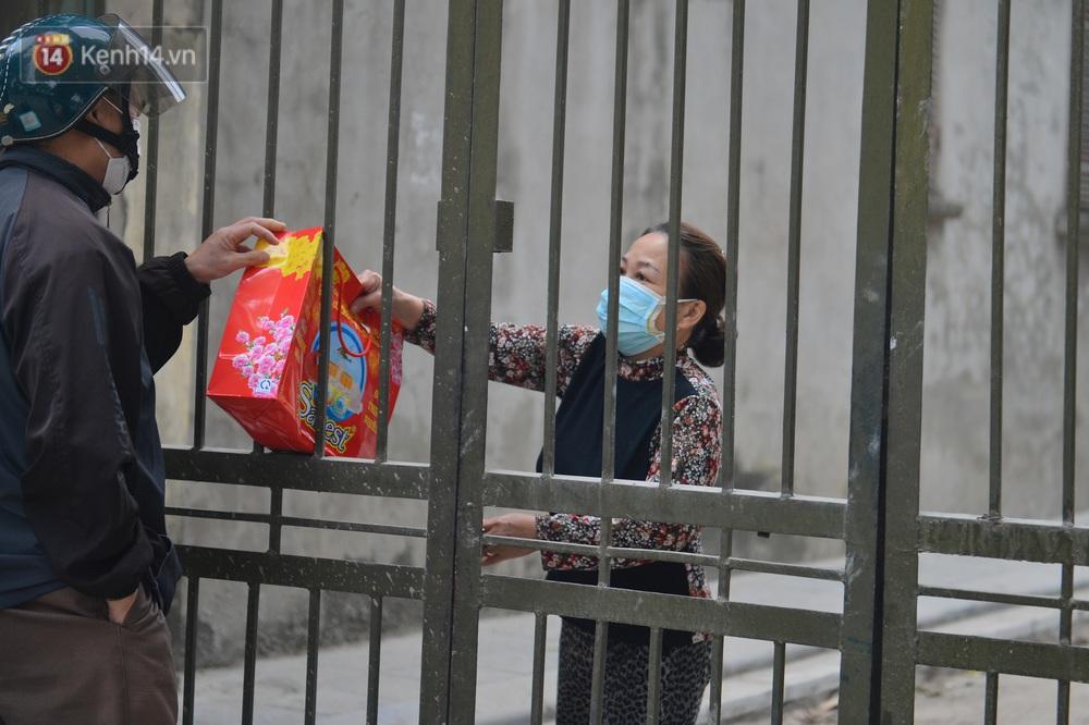 Ảnh: Người dân Đông Anh trèo cổng, mang gà, rau tiếp tế cho người thân trong khu cách ly - Ảnh 7.