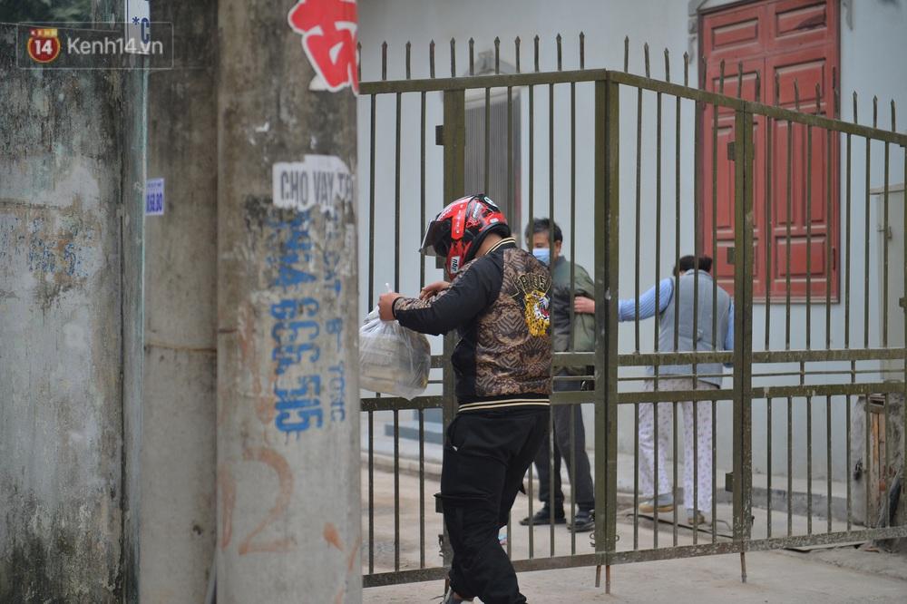 Ảnh: Người dân Đông Anh trèo cổng, mang gà, rau tiếp tế cho người thân trong khu cách ly - Ảnh 5.