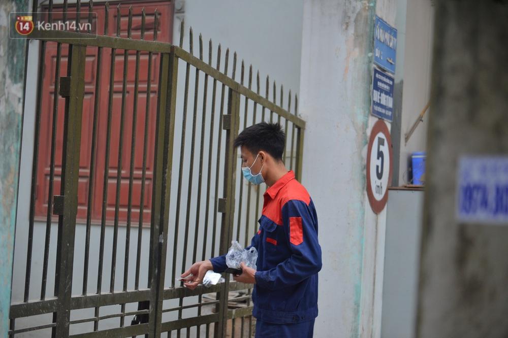Ảnh: Người dân Đông Anh trèo cổng, mang gà, rau tiếp tế cho người thân trong khu cách ly - Ảnh 12.