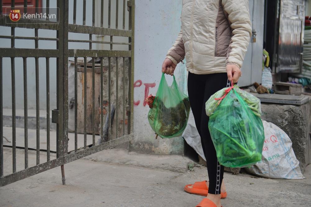 Ảnh: Người dân Đông Anh trèo cổng, mang gà, rau tiếp tế cho người thân trong khu cách ly - Ảnh 8.