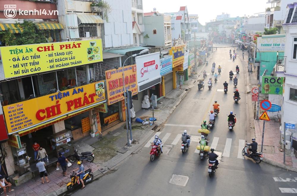 Buổi sáng đầu tiên TP.HCM nới lỏng giãn cách: Đường phố rộn ràng, người dân di chuyển dễ dàng khi không còn chốt kiểm soát - Ảnh 12.