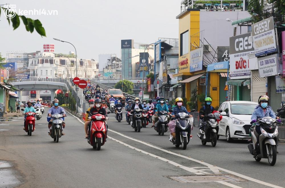 Buổi sáng đầu tiên TP.HCM nới lỏng giãn cách: Đường phố rộn ràng, người dân di chuyển dễ dàng khi không còn chốt kiểm soát - Ảnh 6.