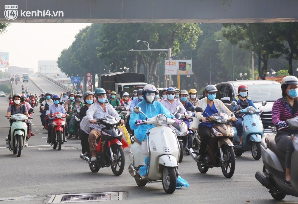 Buổi sáng đầu tiên TP.HCM nới lỏng giãn cách: Đường phố rộn ràng, người dân di chuyển dễ dàng khi không còn chốt kiểm soát - Ảnh 8.