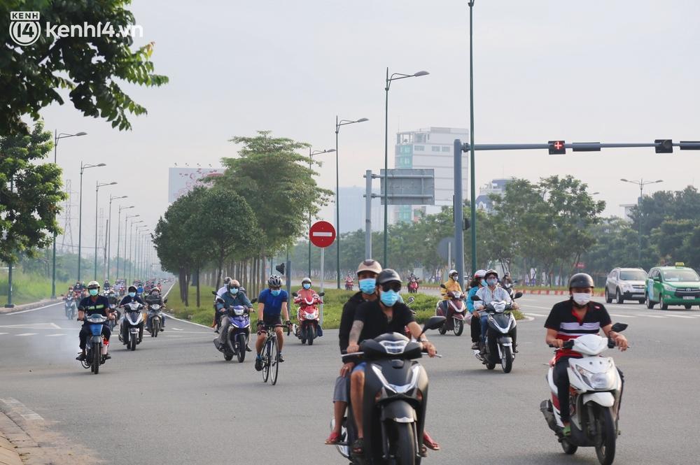 Buổi sáng đầu tiên TP.HCM nới lỏng giãn cách: Đường phố rộn ràng, người dân di chuyển dễ dàng khi không còn chốt kiểm soát - Ảnh 1.