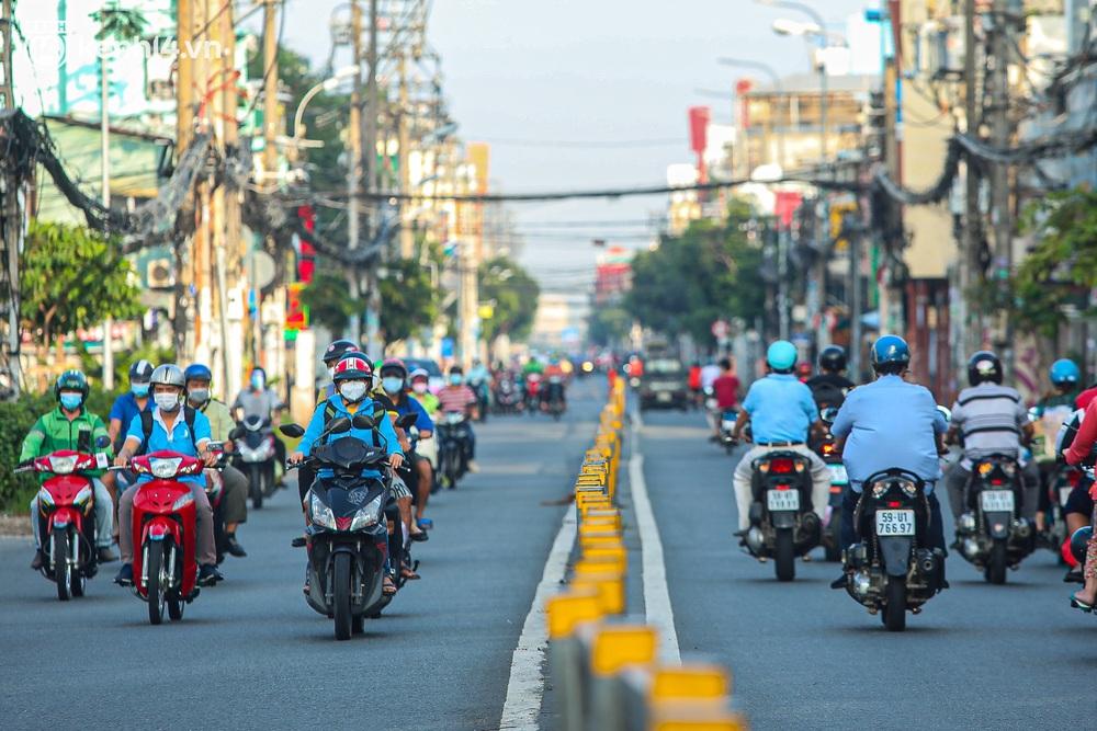 Buổi sáng đầu tiên TP.HCM nới lỏng giãn cách: Đường phố rộn ràng, người dân di chuyển dễ dàng khi không còn chốt kiểm soát - Ảnh 4.