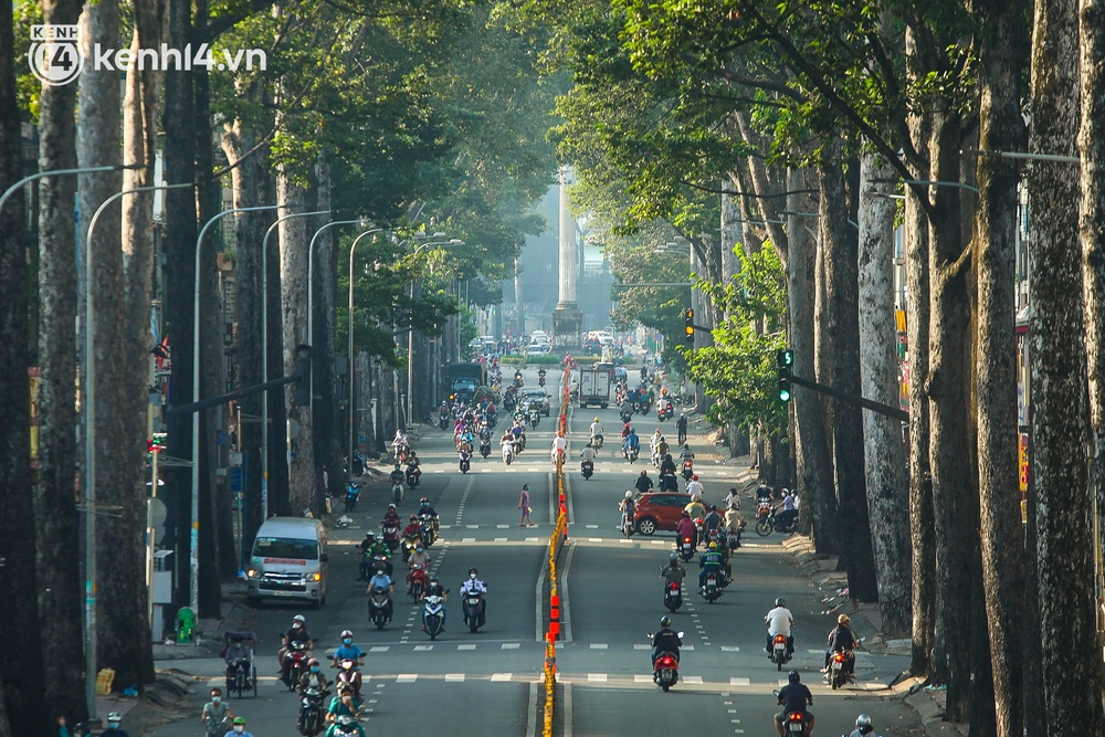 Buổi sáng đầu tiên TP.HCM nới lỏng giãn cách: Đường phố rộn ràng, người dân di chuyển dễ dàng khi không còn chốt kiểm soát - Ảnh 10.