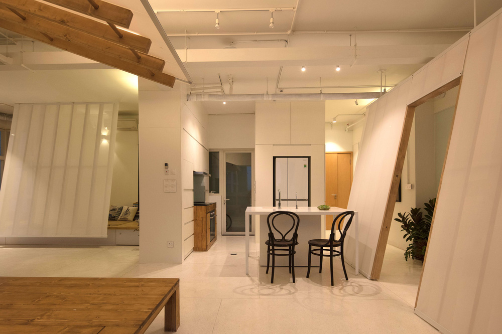 Căn hộ 125m2 có thiết kế vách nghiêng táo bạo, dù ở tầng 14 nhưng rộng thoáng không kém nhà mặt đất - Ảnh 3.