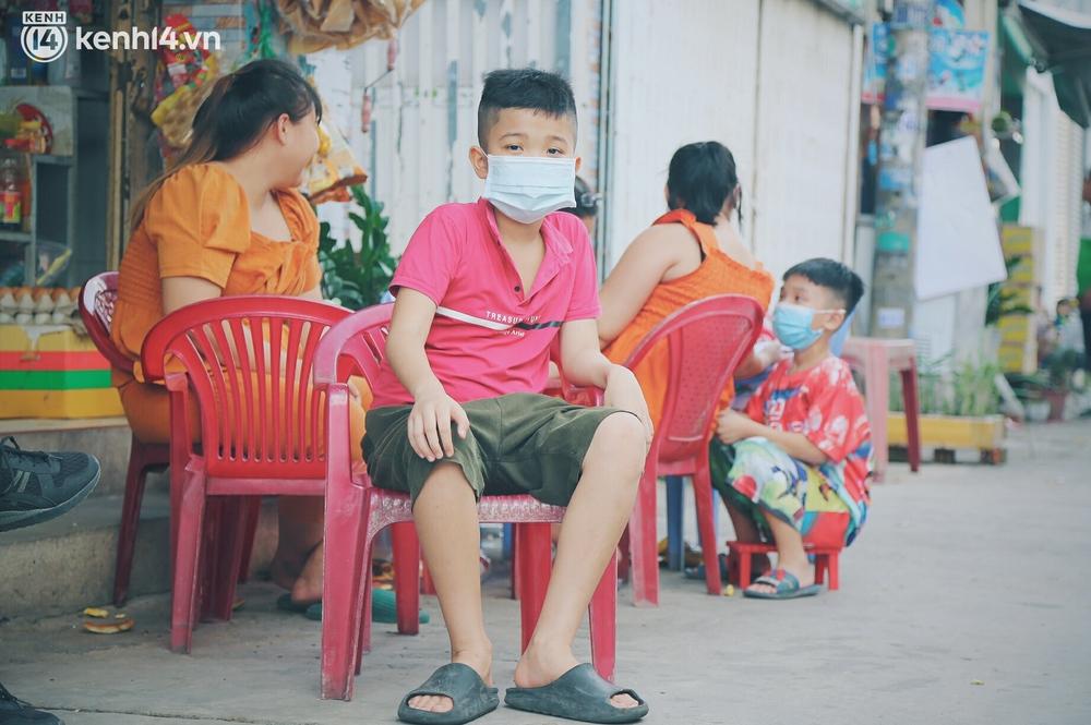 Gặp chú chủ trọ cầm xấp tiền 200.000 tặng từng người thuê ở Sài Gòn: Bà con khổ quá rồi, mình có thì giúp thôi - Ảnh 4.