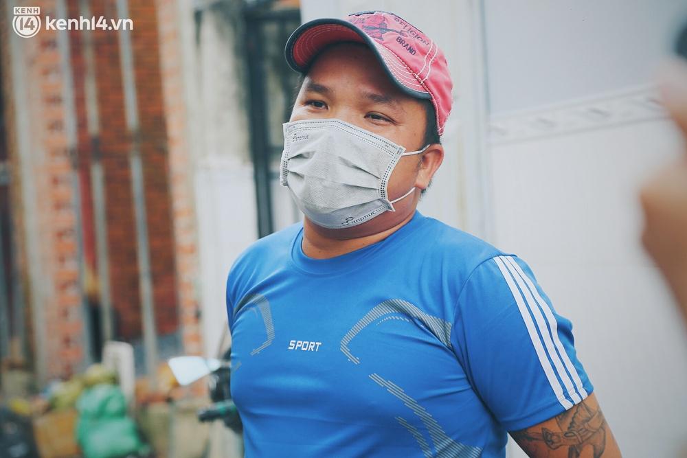 Gặp chú chủ trọ cầm xấp tiền 200.000 tặng từng người thuê ở Sài Gòn: Bà con khổ quá rồi, mình có thì giúp thôi - Ảnh 12.