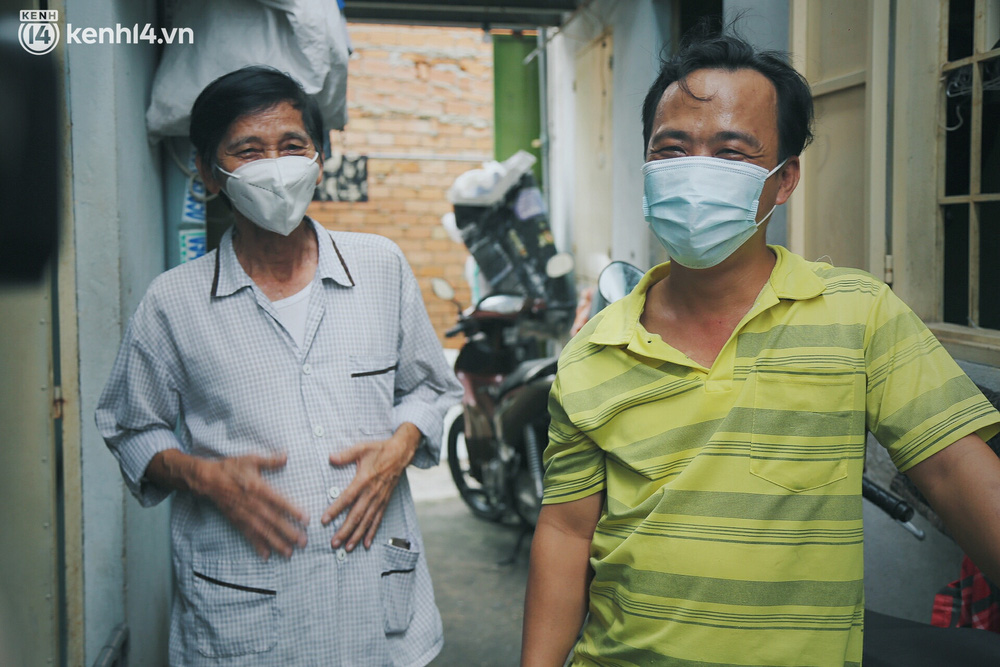 Gặp chú chủ trọ cầm xấp tiền 200.000 tặng từng người thuê ở Sài Gòn: Bà con khổ quá rồi, mình có thì giúp thôi - Ảnh 8.