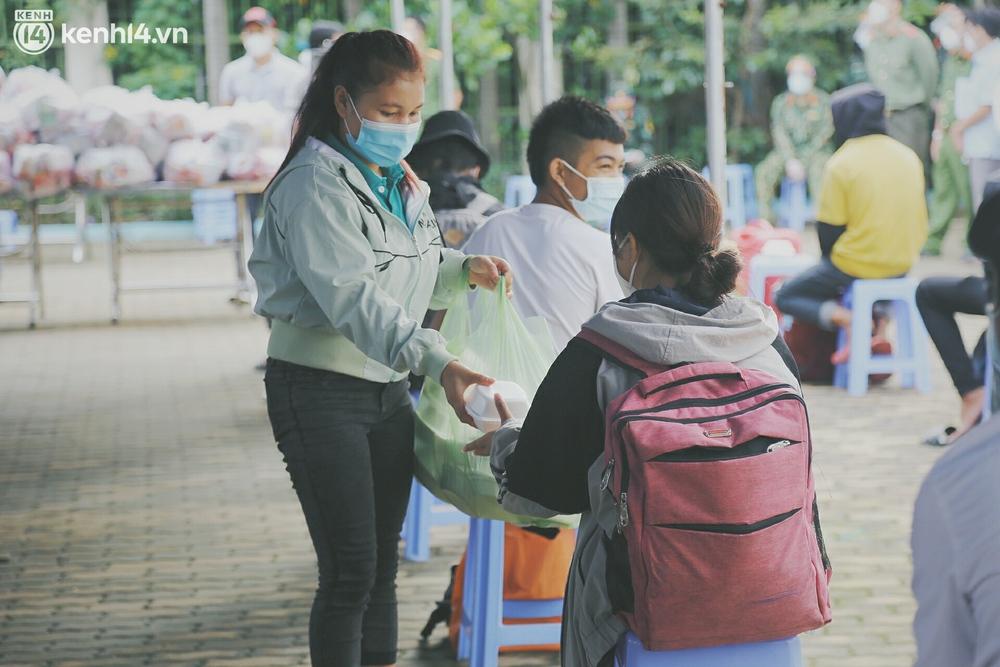 Thất nghiệp nhiều tháng, hơn 100 người dắt díu nhau đi bộ từ Long An về Tây Nguyên thì gặp ngay cái kết cảm động - Ảnh 4.