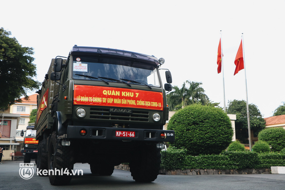 Chùm ảnh: Bộ đội bịn rịn vẫy tay tạm biệt người dân để trở về sau 2 tháng hỗ trợ TP.HCM chống dịch - Ảnh 14.