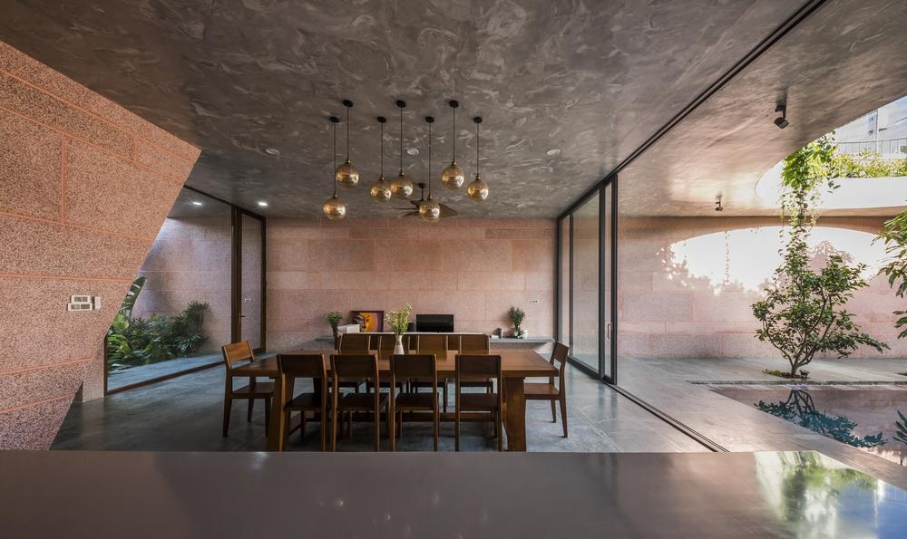 Ngôi nhà màu hồng của 2 chị em An Giang: Thiết kế hồ bơi như nối liền với bầu trời, góc nào cũng ảo diệu với nắng và cây - Ảnh 4.
