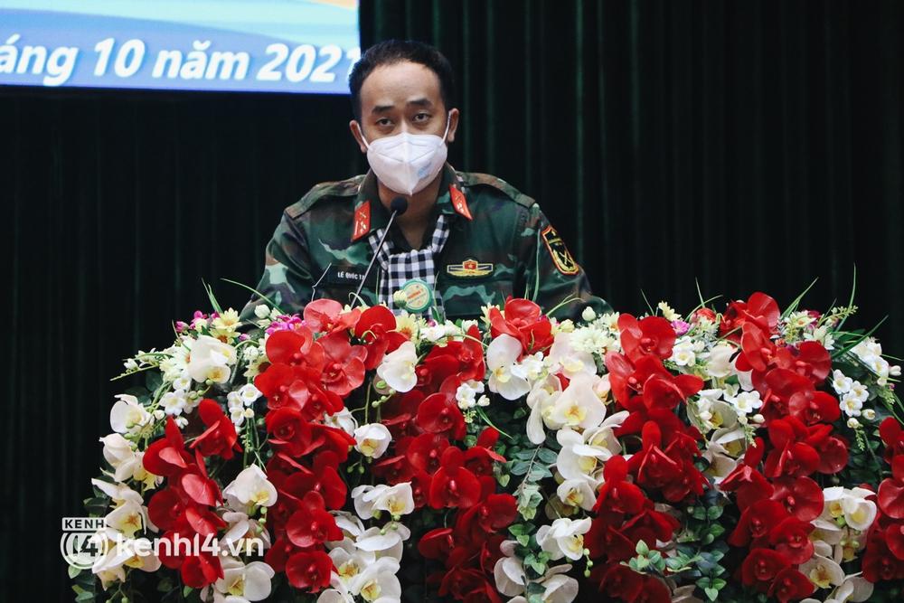 Chùm ảnh: Bộ đội bịn rịn vẫy tay tạm biệt người dân để trở về sau 2 tháng hỗ trợ TP.HCM chống dịch - Ảnh 3.