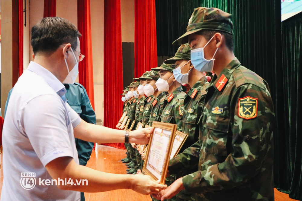 Chùm ảnh: Bộ đội bịn rịn vẫy tay tạm biệt người dân để trở về sau 2 tháng hỗ trợ TP.HCM chống dịch - Ảnh 2.