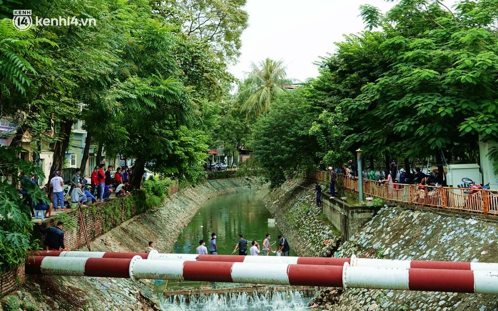 Hà Nội: Sông Tô Lịch bất ngờ chuyển màu xanh ngắt, người dân mang theo bao bắt hàng trăm cân cá đem về - Ảnh 10.