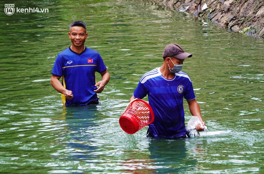 Hà Nội: Sông Tô Lịch bất ngờ chuyển màu xanh ngắt, người dân mang theo bao bắt hàng trăm cân cá đem về - Ảnh 8.